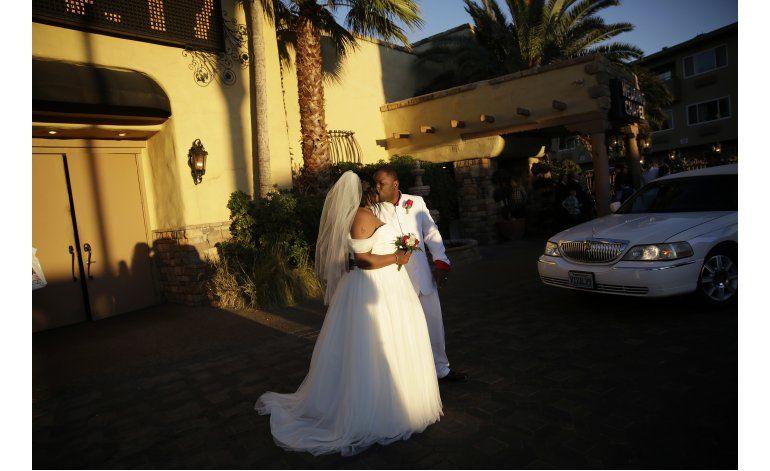 AP Fotos: Decenas se casan el Día de San Valentín