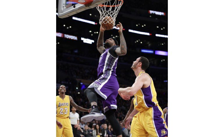 Cousins anota 40, Kings ganan por la mínima a Lakers 97-96