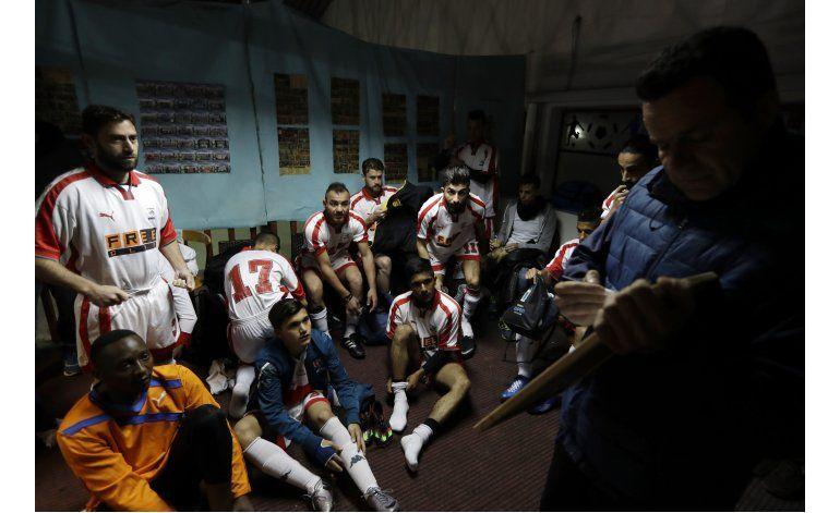 Futbolista griego ayuda a refugiados a combatir aburrimiento