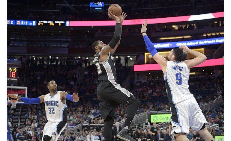 Aldridge y Leonard comandan paliza de Spurs al Magic