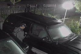 ladron se roba articulos de un auto en el suroeste del condado