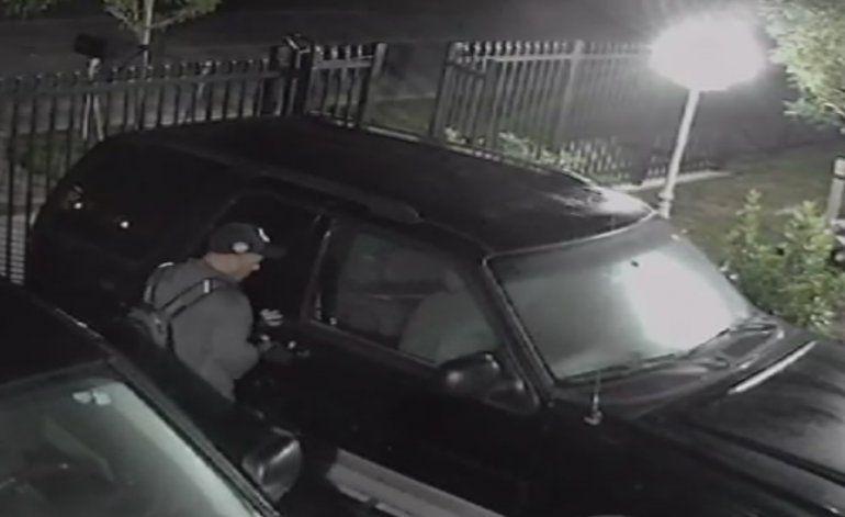 Ladrón se roba artículos de un auto en el suroeste del condado