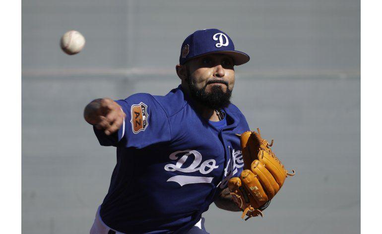 Sergio Romo feliz de vestir el azul de Dodgers
