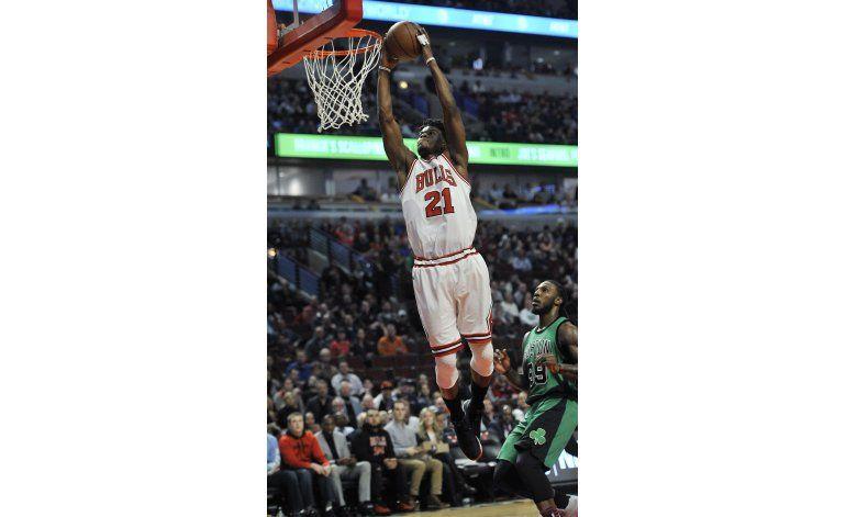 Butler guía a Bulls en victoria de 104-103 sobre Celtics