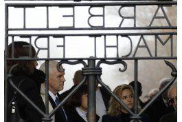 vicepresidente de eeuu visita un campo de concentracion nazi