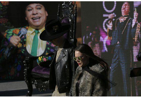 Admiradores viven emoción en homenaje a Juan Gabriel