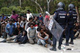 cientos de migrantes entran a espana por la valla de ceuta