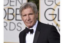 video muestra a harrison ford volando sobre avion comercial