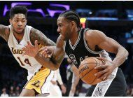 leonard anota 25 y spurs apalean a lakers