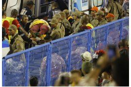 se estrella una carroza en el carnaval de rio; hay 8 heridos