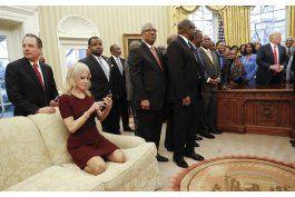 polemica foto de asesora de trump abre debate sobre decoro