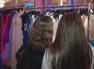 estudiantes de bajos recursos reciben vestimenta para su fiesta de graduacion