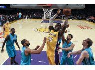 kemba walker anota 30 y los hornets derrotan a los lakers