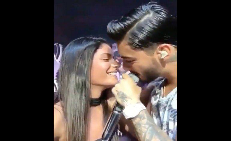 ¡Lo volvió a hacer! Maluma besa a una fan en la boca en medio de su concierto