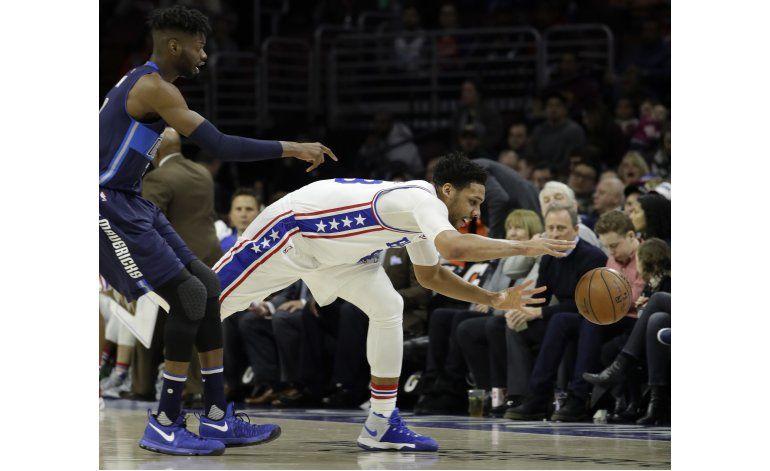 76ers aplastan a Mavs, en el regreso de Noel a Filadelfia