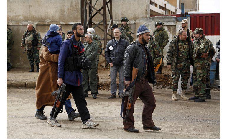 Rebeldes sirios inician evacuación de barrio sitiado en Homs