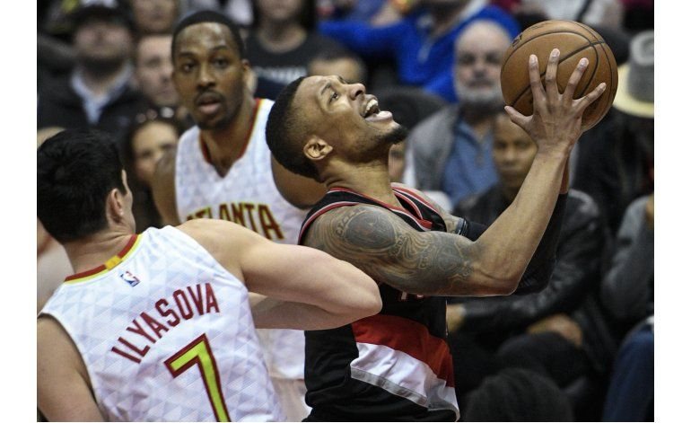 Lillard suma 27 puntos y Blazers doblegan a Hawks