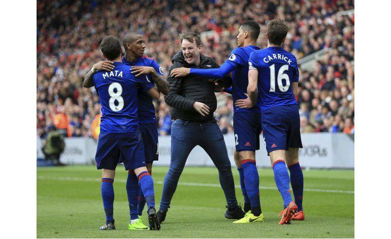 Man United y Tottenham resisten pese a bajas