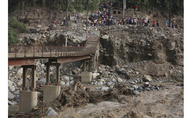 Perú: lluvias destruyen parte de línea de tren de minerales