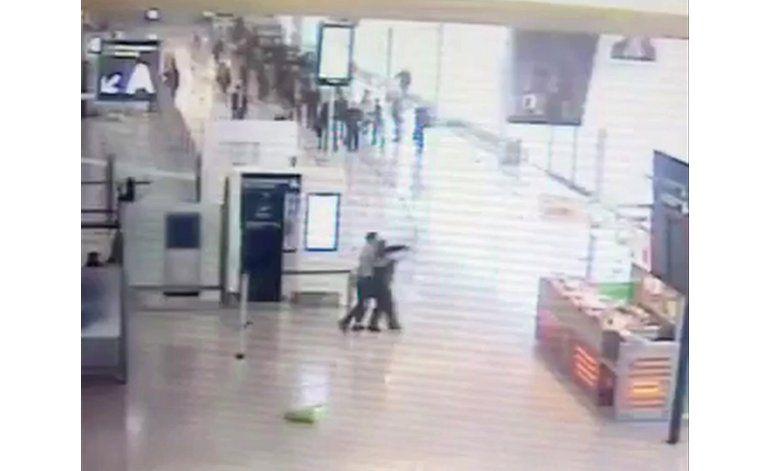 Exclusiva AP: Video muestra ataque a mujer soldado en Orly