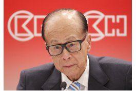 magnate sucumbe a la emocion al hablar de economia hong kong