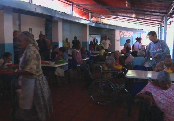 Grupo de personas entrega en Caracas almuerzos de forma gratuita