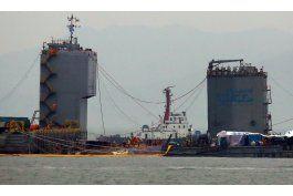 corea del sur: sacan del mar ferry que naufrago hace 3 anos