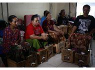 indonesios cubren sus pies de concreto como protesta
