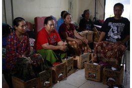 indonesios protestan con zapatos de cemento