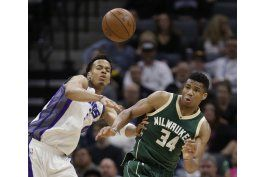 con 32 de antetokounmpo, bucks arrollan a kings