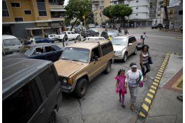 falta de gasolina genera largas filas en caracas