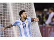 con penal de messi, argentina revive ante chile