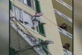 rescatan a obrero que quedo colgando de un edificio en key biscayne
