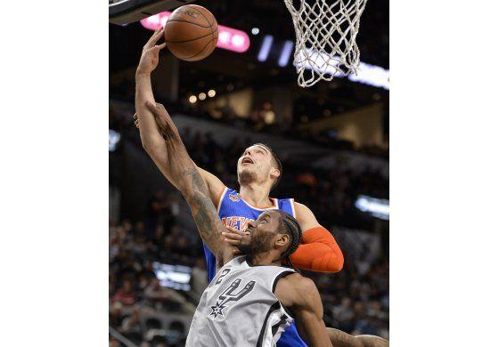 Guiados por Leonard y Aldridge, Spurs vencen a Knicks