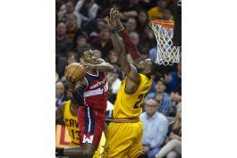 wall anota 37, wizards ganan en cleveland