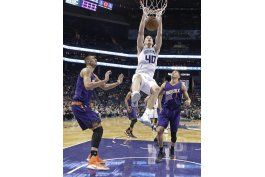 walker anota 31 y hornets doblegan a suns