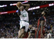 thomas y celtics vencen al heat y se acercan a los cavs
