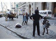 estatua de nina desafiante en wall street, un ano mas