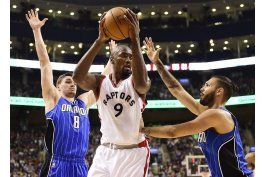 derozan anota 36 y raptors vencen a magic