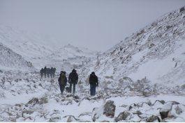 los escaladores llevan bolsas al everest para recoger basura