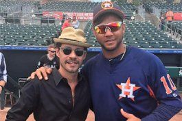 yulieski gurriel recibe la visita de marc anthony en el terreno
