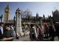 cientos realizan homenaje a victimas del ataque en londres