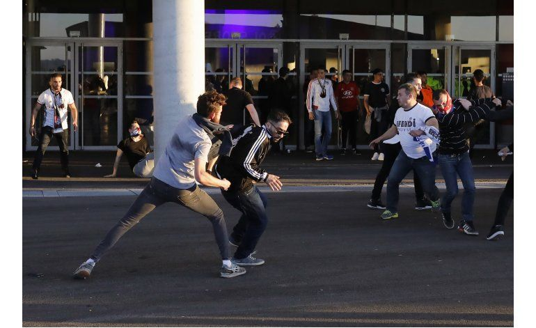 Violencia entre hinchas demora partido Lyon-Besiktas