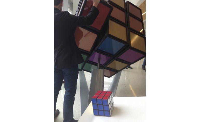 Universidad de Michigan presenta Cubo de Rubik gigante