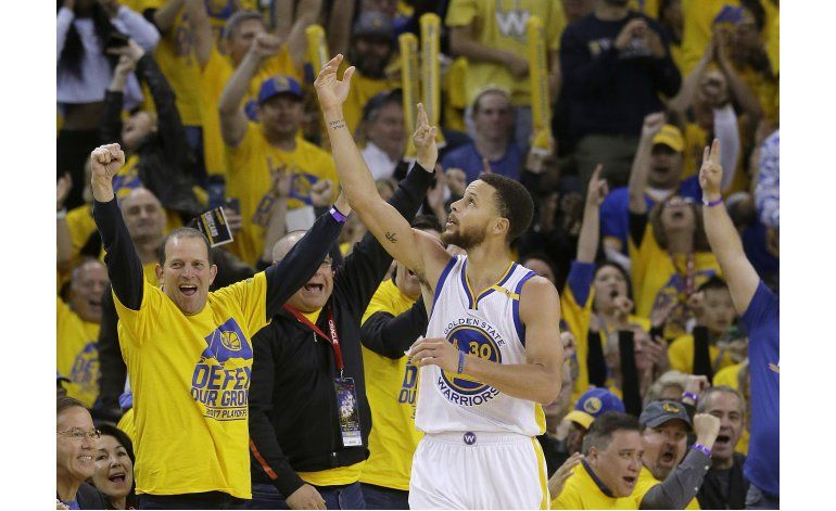 Durant brilla en debut de los Warriors en playoffs