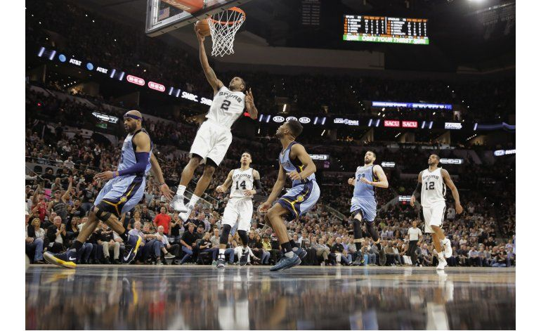 Leonard brilla con 37 puntos y Spurs toman ventaja de 2-0