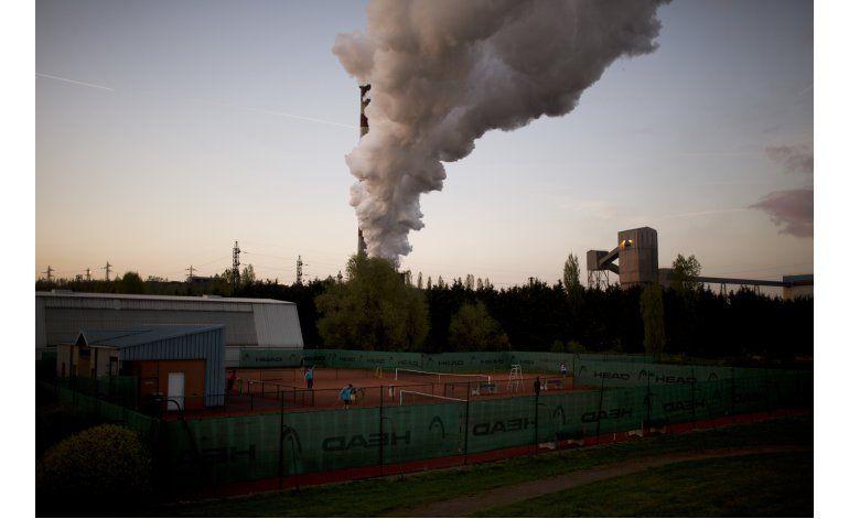 Airados trabajadores del acero se suman Le Pen en Francia