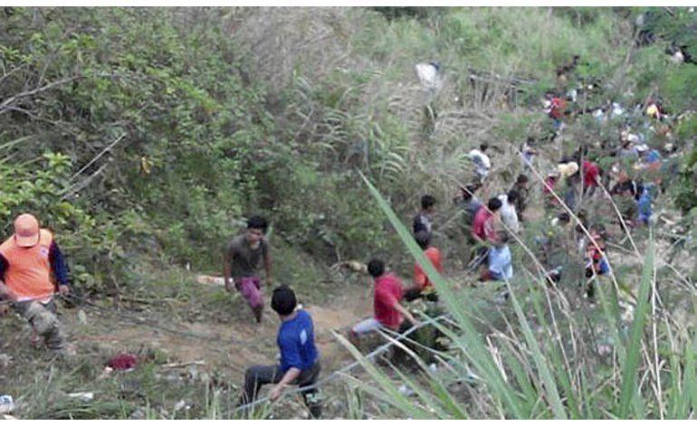 Filipinas: Bus cae a quebrada y deja al menos 26 muertos