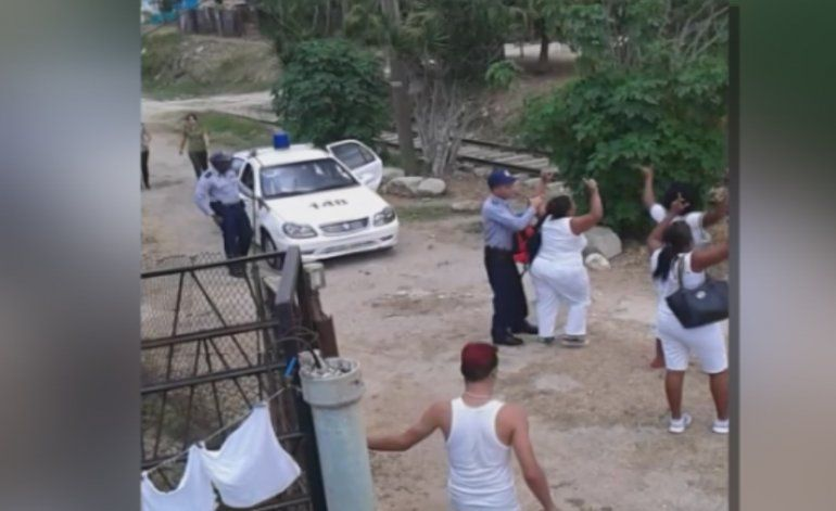 Turbas del régimen ofendieron con una canción racista a la líder de las Damas de Blanco, Berta Soler