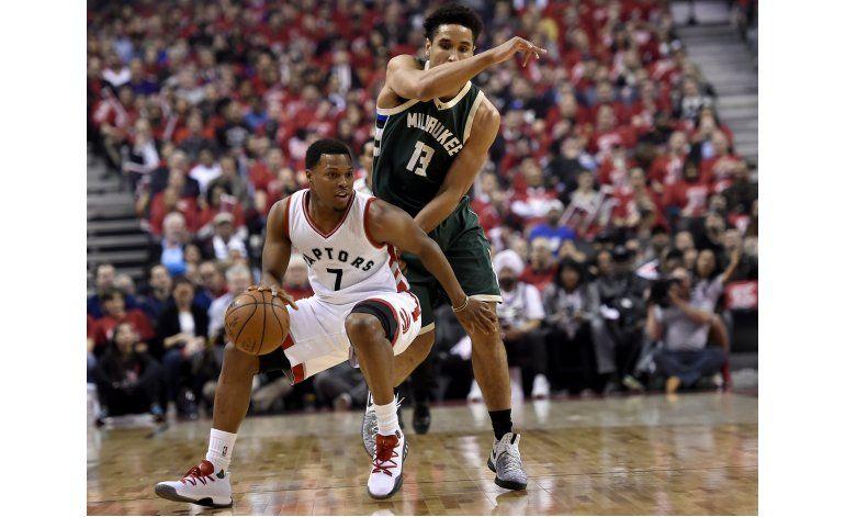 Lowry se redime, Raptors vencen a Bucks y empatan serie